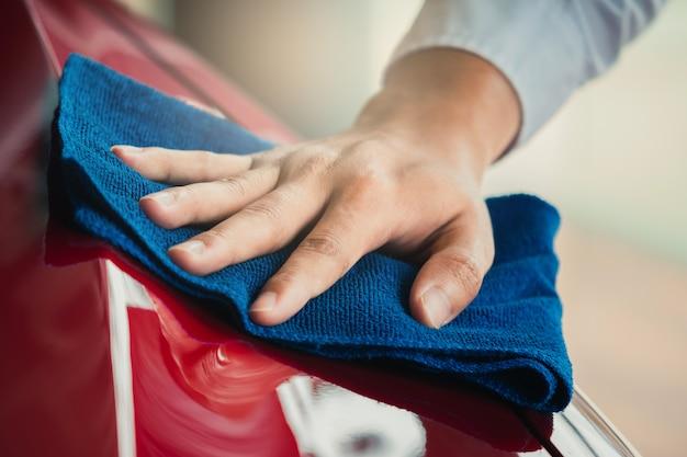 Asiatische inspektions- und reinigungsanlage des mannes