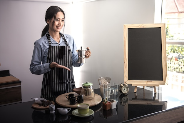 Asiatische jugend, kaffeedemonstrationen und kaffeethemen.