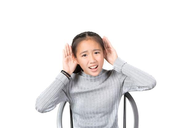 Asiatische jugendlichaufstehhand bis zum hören lokalisierte weißen hintergrund