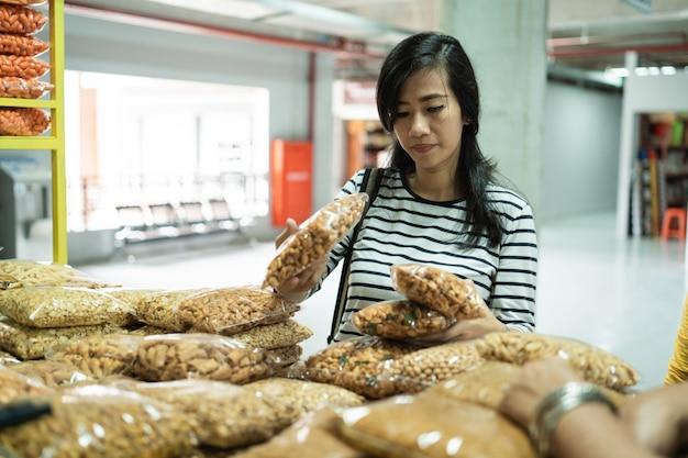 Asiatische junge frau auf dem markt