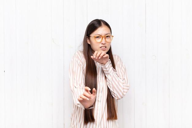 Asiatische junge frau, die sich angewidert und übel fühlt