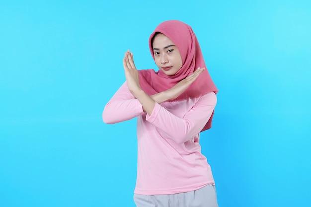 Asiatische junge frau erschreckt ausdruck auf ihrem gesicht, die verängstigte geste mit gestopptem ausdruck macht