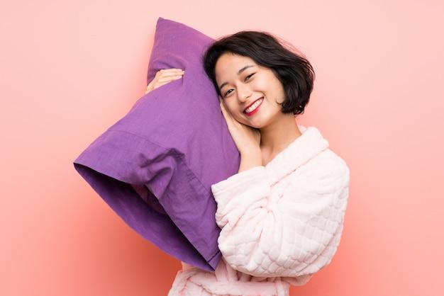 Asiatische junge frau im schlafanzug