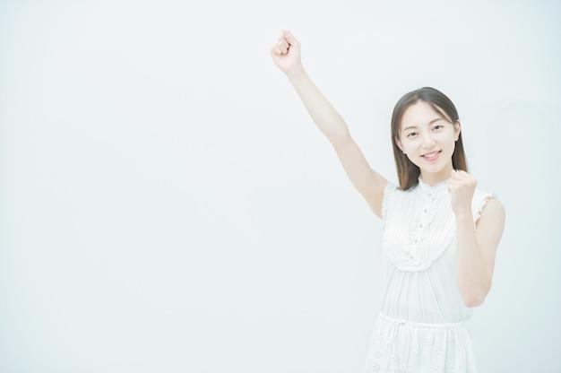 Asiatische junge frau in einer jubelnden pose