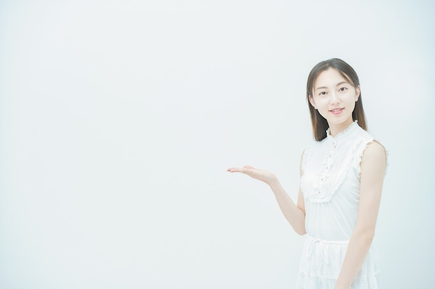 Asiatische junge frau in einer pose, die führung und aufmerksamkeit darstellt