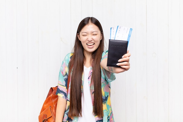 Asiatische junge frau mit einem pass. urlaubskonzept