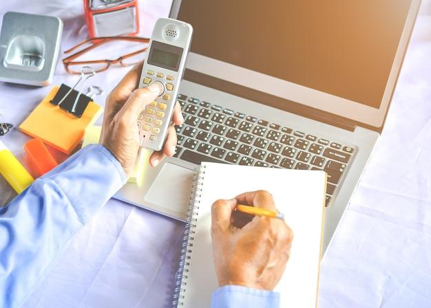 Asiatische junge geschäftsfrau, die an ihrem laptop arbeitet. digitale wirtschaft.
