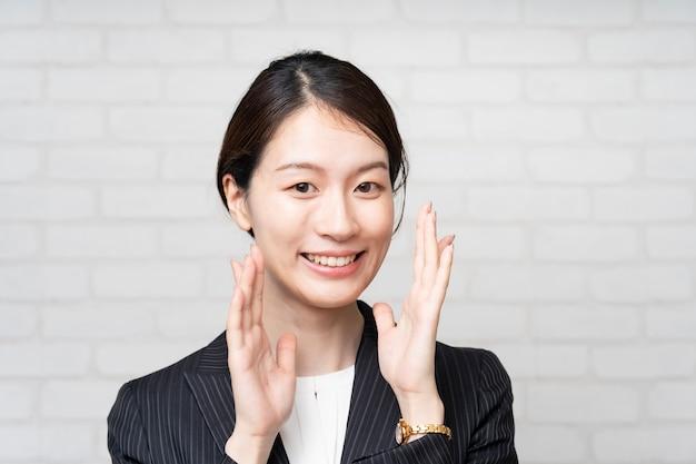 Asiatische junge geschäftsfrau, die jubelt