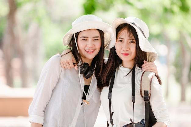 Asiatische junge mädchen und freunde reisender in der stadt