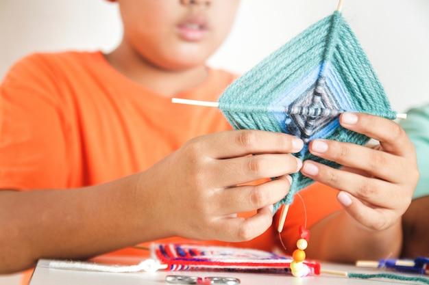 Asiatische jungen, die in der grundschule studieren handgefertigte gegenstände erfinden