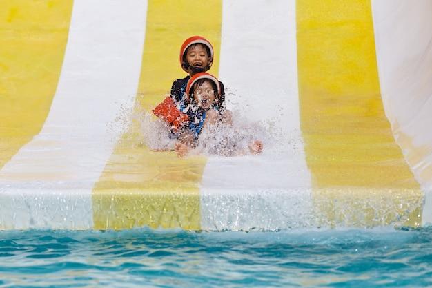 Asiatische jungs spielen im wasserpark