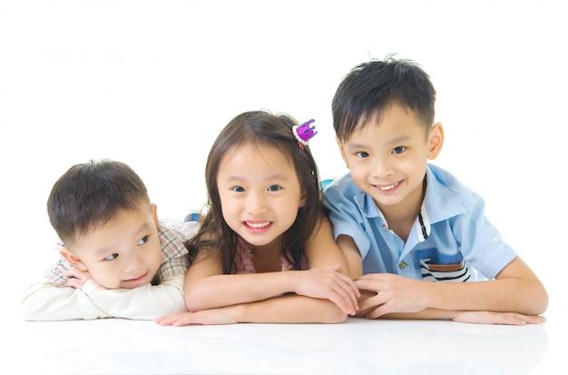 Asiatische kinder, die auf dem boden liegen