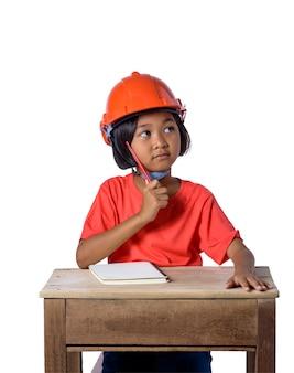 Asiatische kinder, die den schutzhelm und denken lokalisiert auf weißem hintergrund tragen. kinder und bildungskonzept