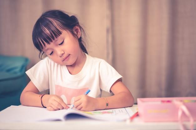 Asiatische kinder, die hausarbeitszeichnung der schule tun