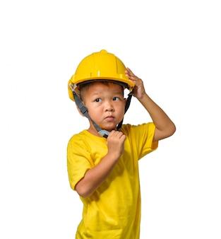 Asiatische kinder, die schutzhelm und das lächeln lokalisiert auf weiß tragen
