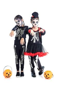 Asiatische kinder mit schminke und halloween-kostümen