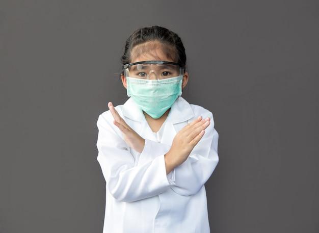 Asiatische kinder mit schutzmaske und schutzglas zeigen sich offen