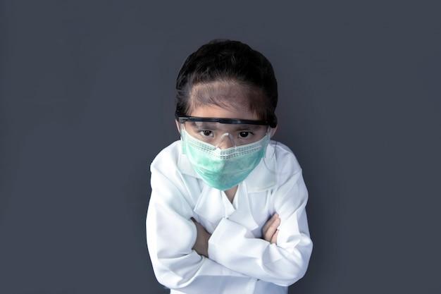 Asiatische kinder mit schutzmaske und schutzglas