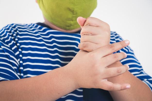 Asiatische kinder reinigen ihre hände, um das coronavirus zu verhindern.