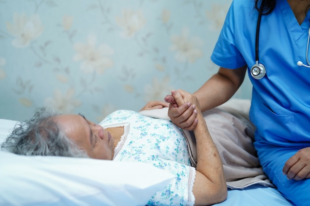 Asiatische krankenschwesterphysiotherapeut-doktorsorgfalt