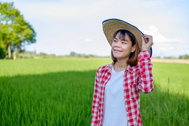 Asiatische landwirtin im reisfeld