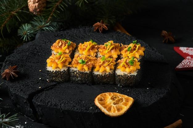 Asiatische lebensmittellieferung nach hause, verschiedene sushi-sets in plastikbehältern mit saucen, reis und essstäbchen.