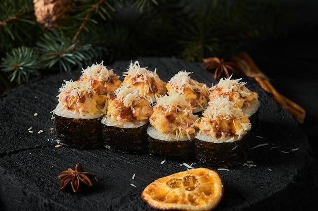 Asiatische lebensmittellieferung nach hause, verschiedene sushi-sets in plastikbehältern mit saucen Premium Fotos