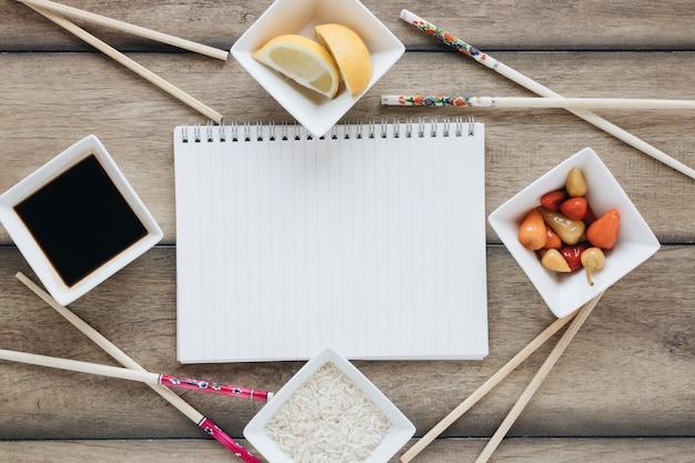 Asiatische lebensmittelzusammensetzung der flachen lage mit notizbuch