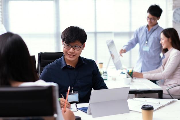 Asiatische leute, die im büro arbeiten