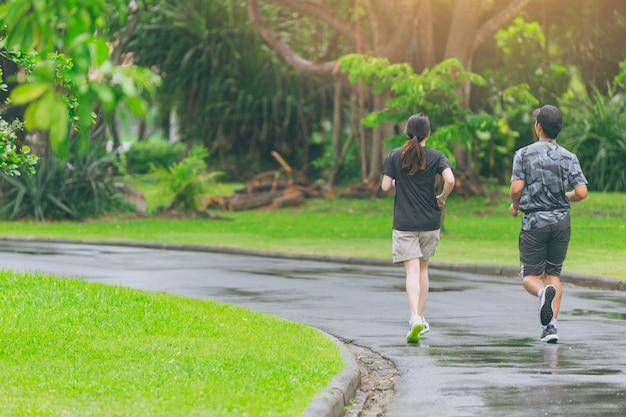 Asiatische leute, die in den park täglich rüttelt für gesundes konzept laufen.