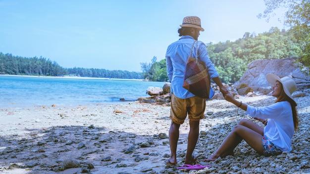Asiatische liebhaberpaarfrauen und -männer reisen natur