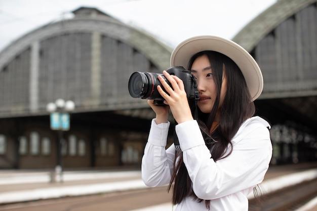 Asiatische lokale reisende mit kamera
