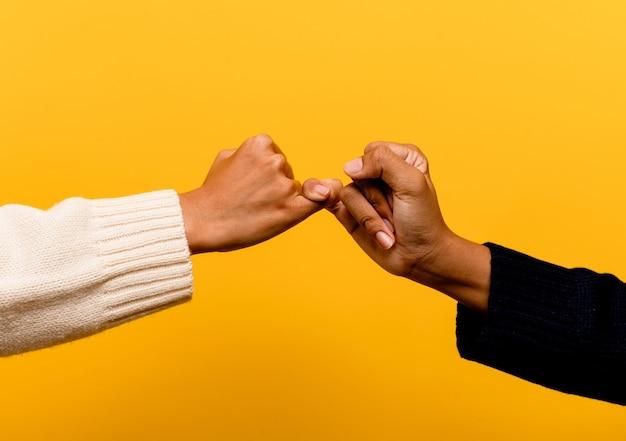 Asiatische mädchen, die händchen halten und aufrichtigkeit und solidarität miteinander ausdrücken. gegenseitiges vertrauen teamarbeitskonzept