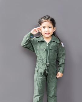 Asiatische mädchen in pilot soldier suite