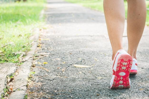Asiatische mädchen joggen für übung morgens.