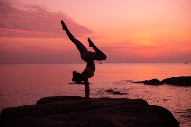 Asiatische mädchen praxis yoga am strand sunrise morgentag
