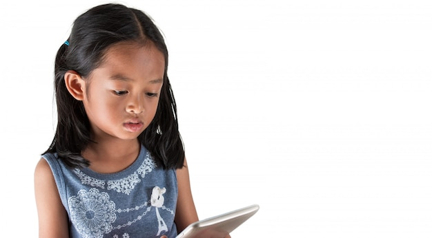 Asiatische mädchen verwenden die tablet-anzeige von unterhaltungsinhalten, die verwendet werden, um kinder vor technologie zu warnen.