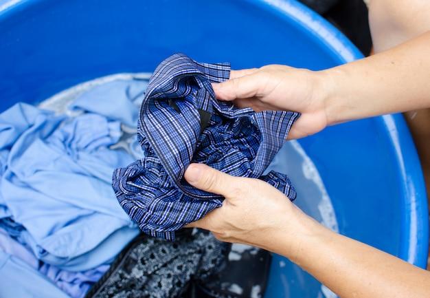 Asiatische mädchen waschen hände.