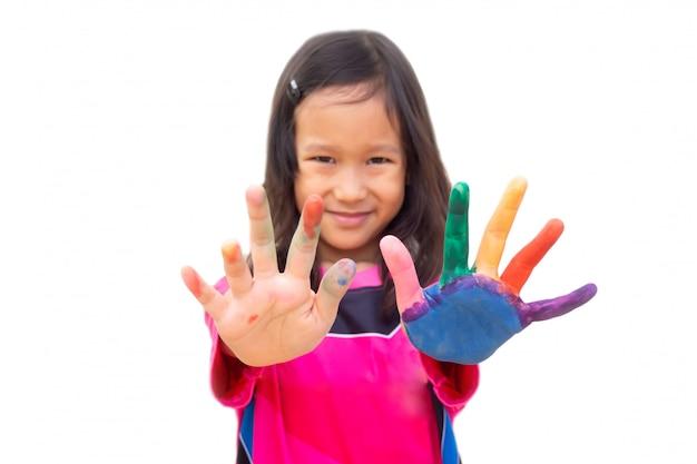 Asiatische mädchenanstrichfarbe auf linker hand und finger. kunsttätigkeit.