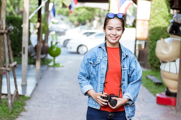 Asiatische mädchentouristen, die kameras tragen