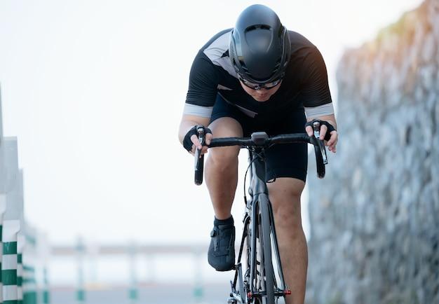 Asiatische männer fahren morgens fahrrad.