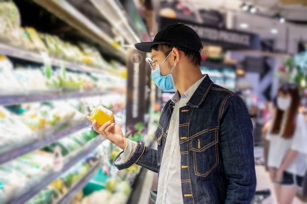 Asiatische männer kaufen und kaufen lebensmittel, um sie während des covid-ausbruchs zu horten