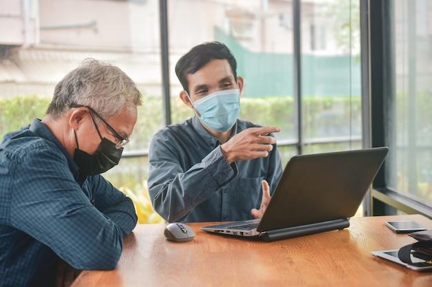 Asiatische männer mit maske beim treffen