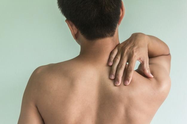 Asiatische männer mit nackenschmerzen