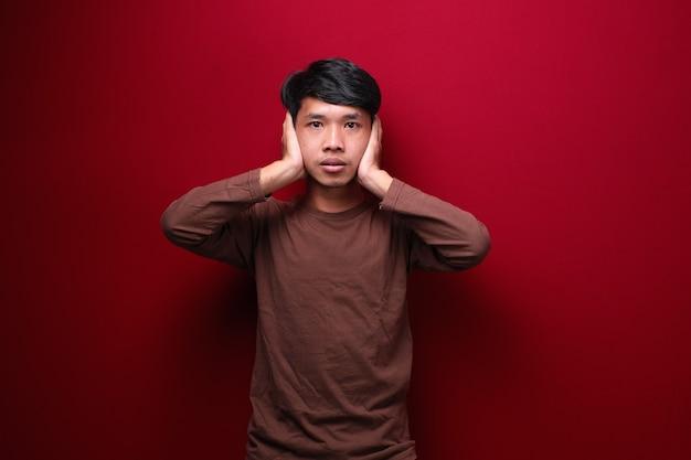 Asiatische männer tragen braune t-shirts, die ihre ohren bedecken