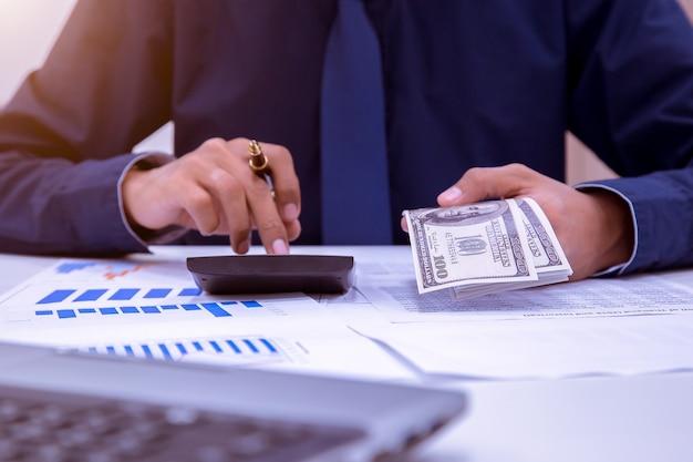 Asiatische männliche buchhalter oder bankiers führen berechnungen durch.