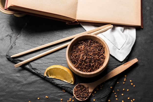 Asiatische mahlzeit mit gebratenen larven