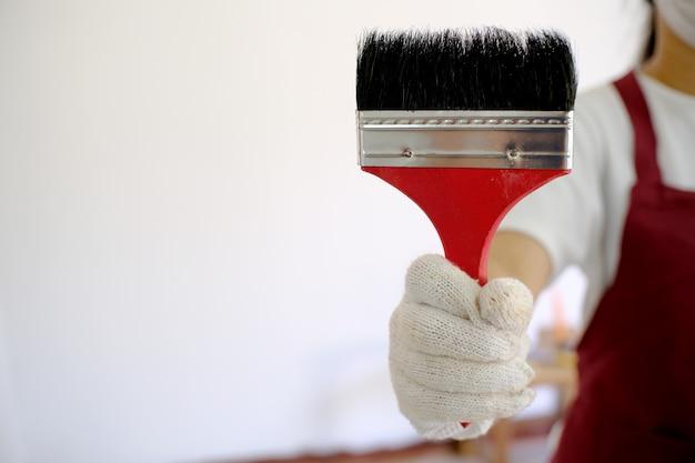 Asiatische malerin malt job im zimmer