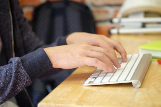 Asiatische mann hände mit tastatur, social media konzept