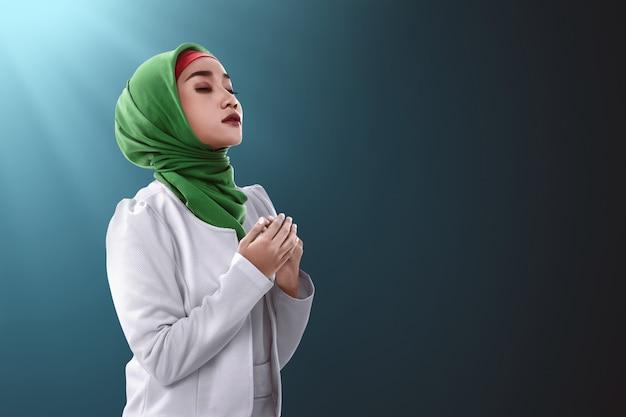 Asiatische moslemische betende frau